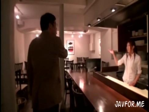 カフェの素人看板美女を騙して、店内でハメハメ撮影開始!