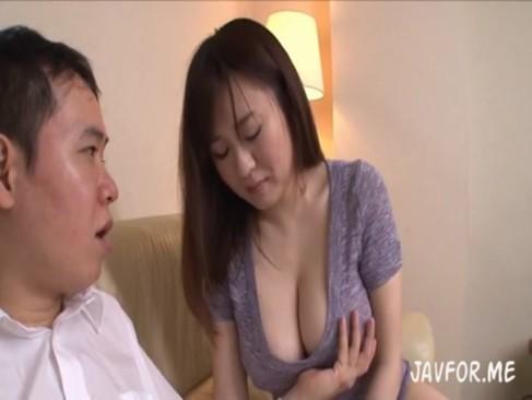 爆乳な母親青山菜々と息子のエロすぎる関係(1)