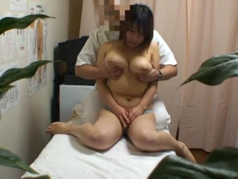 歌舞伎町の整体治療院にやってきた爆乳ちゃんのオッパイを揉みまくりw