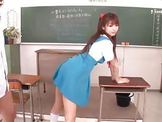JK制服姿のコスプレ美少女を教室でパコパコ