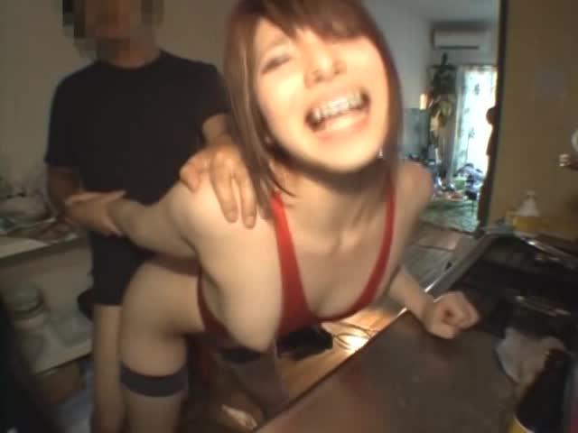 レオタードを着た童顔美少女と台所でセックス!勝手にゴム外して中出し
