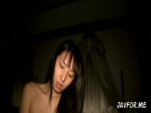 従順な素人娘と薄暗い部屋でハメ撮り