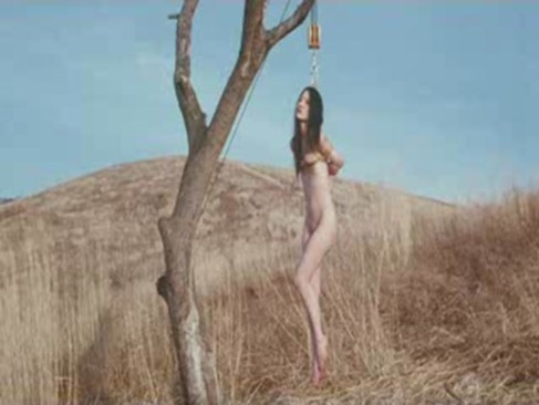 美女を全裸で木に吊るしほったらかしな究極羞恥な放置プレー