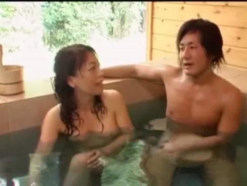 温泉で即ハメ→おっぱい揺れすぎ抜いたwww
