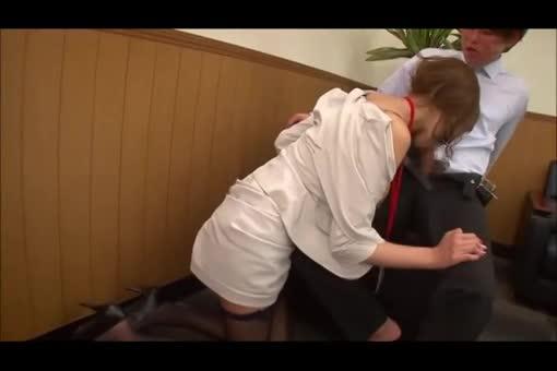 【巨乳 OL 動画】同僚たちが働く会社で男性社員に迫られSEXしちゃった美女で巨乳おっぱいなOL-明日花キララ