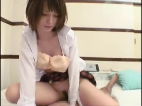 色白のスレンダー熟女が制服姿でチ●ポをガンガンに突かれる!