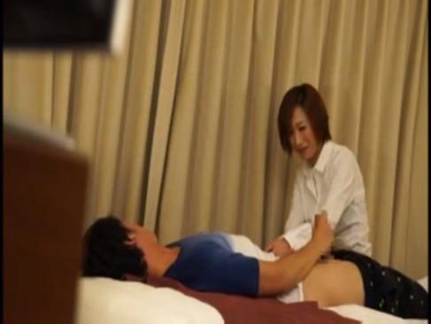 ホテルに呼んだ綺麗なお姉さんマッサージ師とのSEXを盗撮