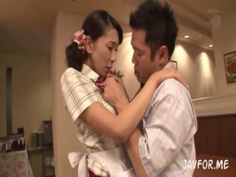 旦那じゃ満足できない若妻木村はながバイト先の若い男とSEXする!