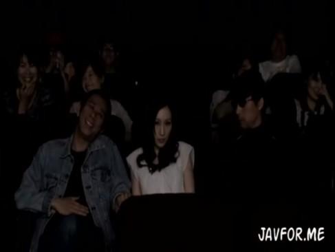 映画館で隣に座った美女を襲ってみたら欲求不満だったらしくそのままハメ
