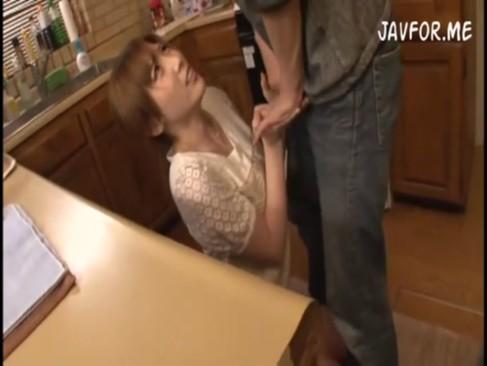 夫の部下に寝取られる可愛い人妻が無理やりフェラさせられる