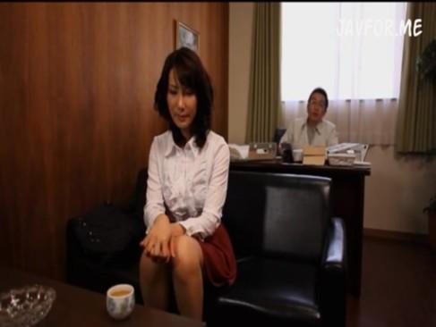 白シャツ姿がたまらない人妻有沢実紗に中出ししちゃうwww