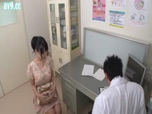 産婦人科の医師が診察台で鬼畜レイプをしている記録