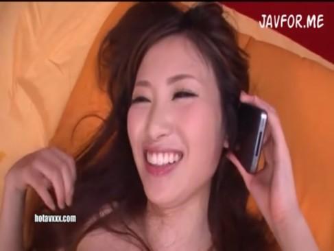 あやの沙希:フェラチオして挿入しながら彼氏と電話!声を殺しながら喘ぐ その1