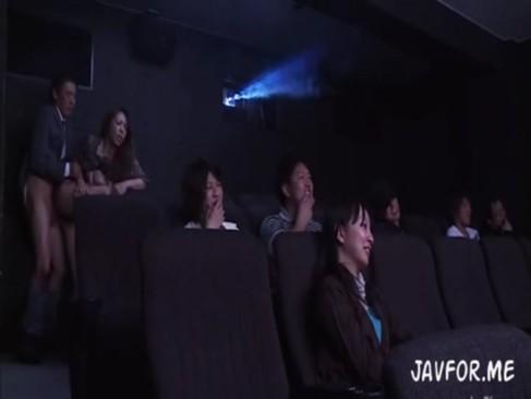 麻生早苗:映画館で強姦!?熟女妻は羞恥に怯えながらも痴漢される快感に…