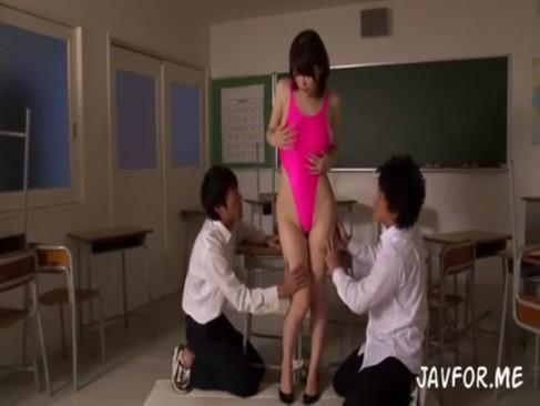 エッロい女教師が紐ビキニを着せられ壮絶なイラマチオされる性欲処理女教師