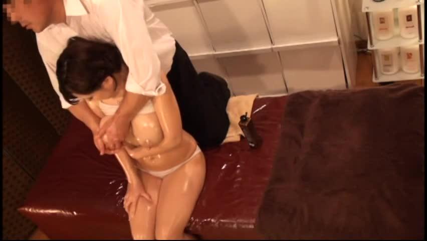 産後直後の爆乳美人妻が母乳を噴き出しながらマッサージハメ!