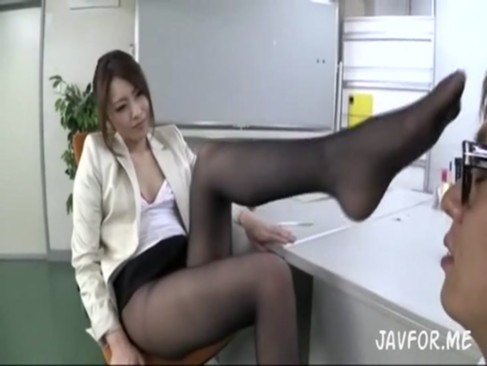 パンスト痴女OL桜井あゆが強引に部下を誘惑してフェラと手コキで大量射精不可避