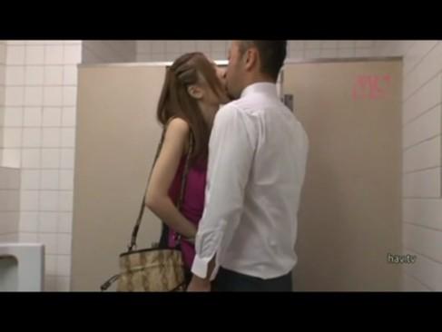 男子トイレで男を捕まえて個室で逆レイプしちゃう変態痴女ギャル