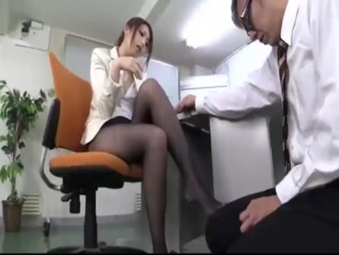 フェロモン抜群な痴女OL桜井あゆがM男上司を美脚パンスト&フェラで猛烈責め!