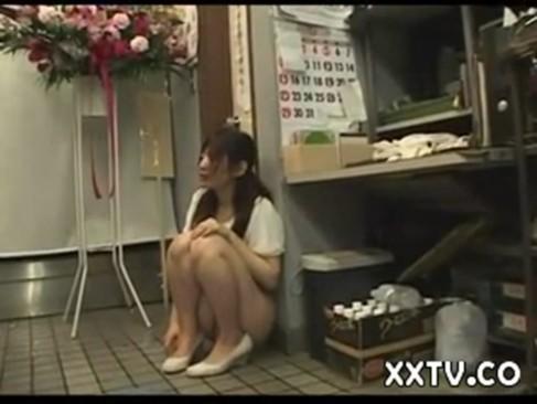 下半身裸エプロンで接客する花屋の美少女がびしょびしょにマンコをぬらして犯される