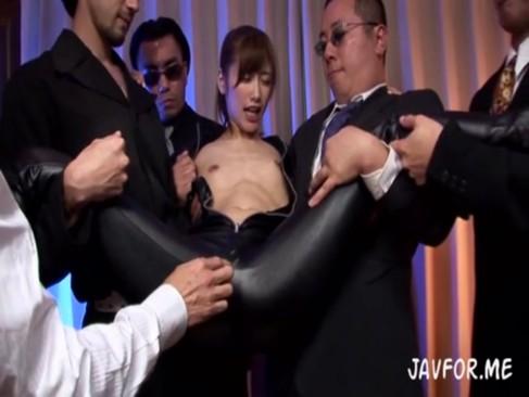 アジトに潜入してつかまった美人捜査官は当然のように性処理機として使われる