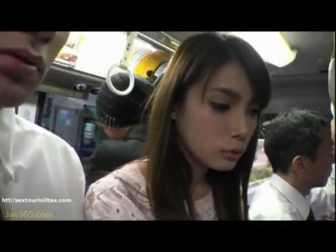 そりゃコレだけの美人人妻がバスの中にいたらレイプ不可避でしょ