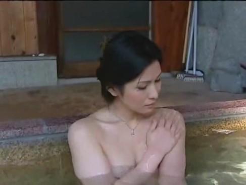 山奥の温泉旅館の脱衣所で人妻に誘惑されて思わず・・・伴侶にバレないように息を殺して生中出し!