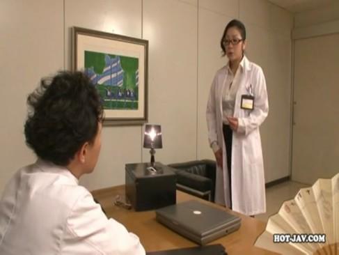白衣からこぼれ落ちる巨乳女医の豊満ボディを強引に撫で回す変態男たち