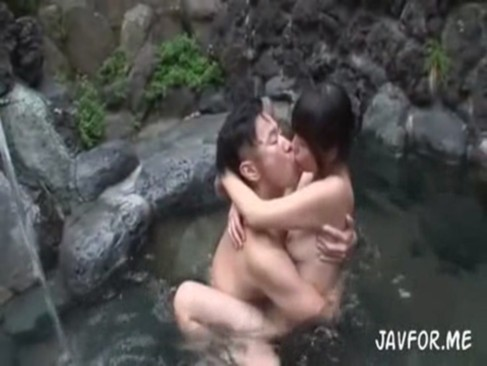 混浴温泉で仲良くなってそのまま合体!騎乗位エロすぎ~