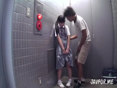 清楚系美少女がエレベーターの前で見知らぬ男にされるがまま・・・
