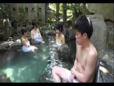 混浴温泉に人妻たちが入ってきてその中の一人がこっそりチンポを・・・