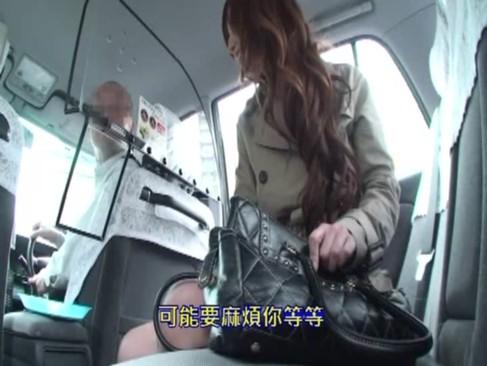巨乳痴女の佐山愛がタクシー運転手をパイズリ&フェラでヌッキヌキ!