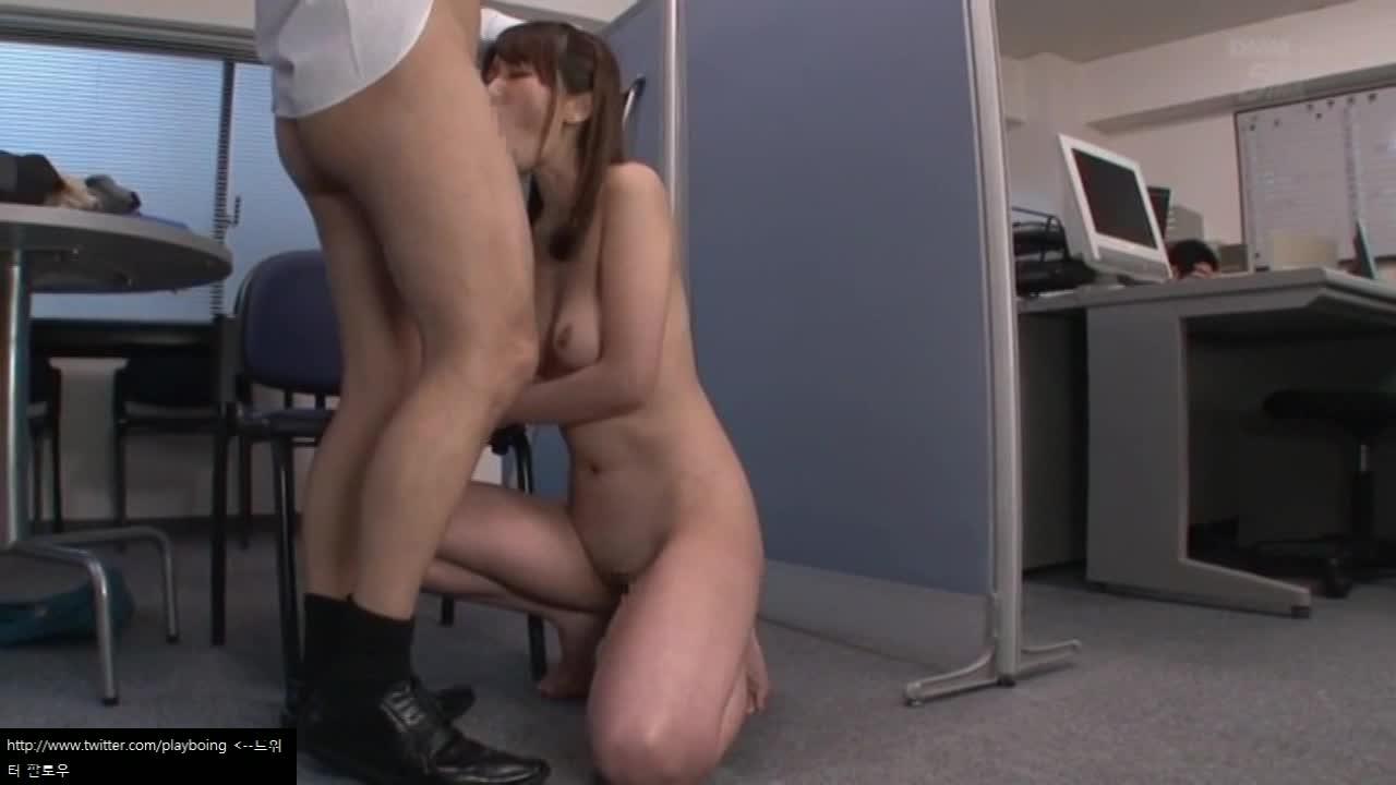就業中のオフィスの死角で中出しセックスに精を出す美人OL!