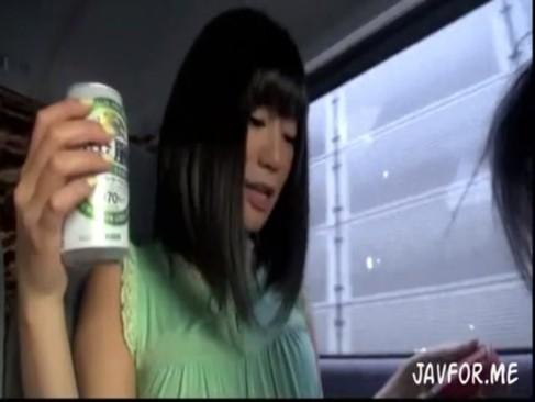 酒で酔った素人娘が助手席から乗り出しチンポしゃぶりはじめる![2]