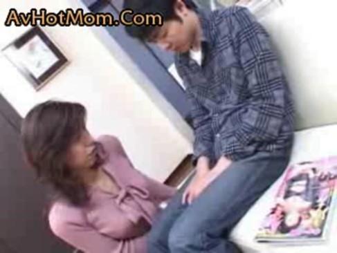 エロ本片手にセンズリこく息子のチンコに心奪われた淫乱母が中出し懇願変態セックス