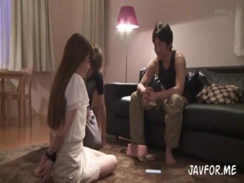 逃走中の強姦男が一般家庭に侵入し、そこにいた美人妻を夫の前で脅迫レイプ!