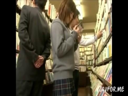 本屋で立ち読みしてる爆乳制服JKを痴漢して集団囲みレイプ!