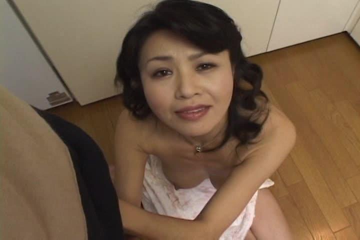 台所でオナニーしちゃう性欲溜まった人妻熟女は息子チンポに欲情してしまう・・・