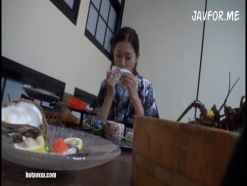 エロすぎる人妻と温泉旅行でSEXしまくりハメ撮り動画!