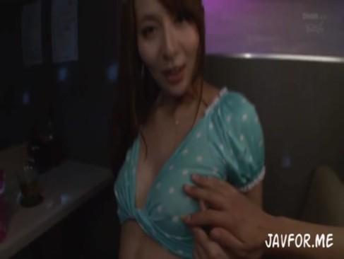 S級美人女優希崎ジェシカの喘ぎ声が広い部屋にこだまする激しいセックス