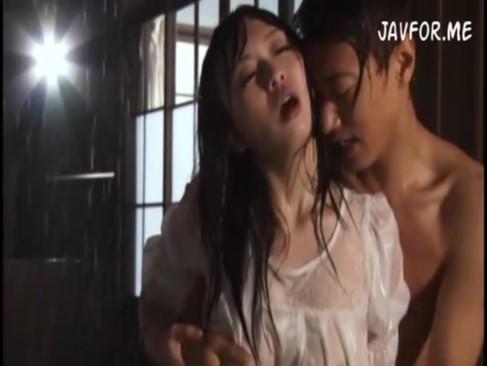 大雨の中で着衣のまま青姦SEX楽しんじゃうバカップルwww