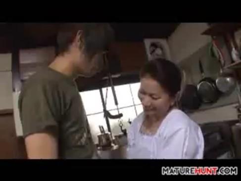 台所で若い男の肉棒にしゃぶりつき拘束バキュームドリルフェラで精子搾り取る人妻熟女