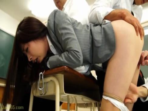 鬼畜男たちに緊縛監禁されて性欲処理に使われる美人女教師