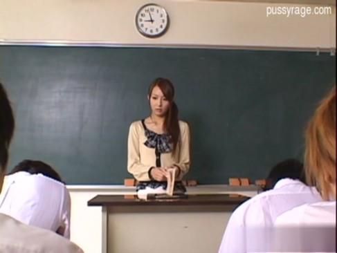 担任のジェシカ先生が授業中に男子生徒を誘惑して童貞チンポをいただいちゃう!