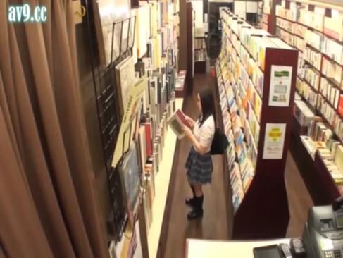 本屋でイラつく可愛いJKをレイプしまくって四つんばいで放置