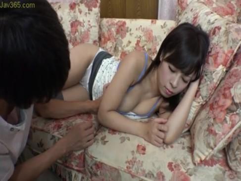 ソファーの上ででうたた寝している巨乳姉にイタズラ⇒そのまま近親相姦SEXに発展www