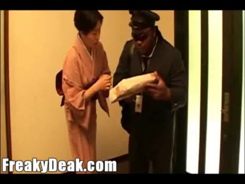 黒人の宅配業者に和服人妻熟女と制服JKが親子揃ってレイプされちゃう!