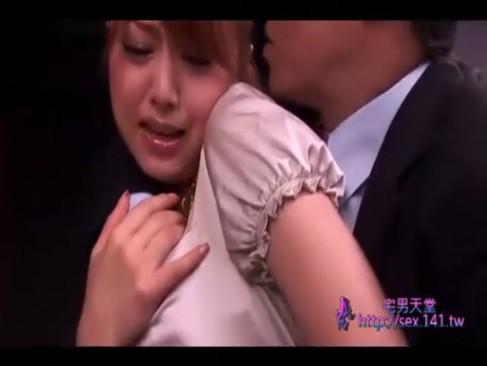 吉沢明歩:痴女医がザーメン搾取!男子生徒のチンポを執拗に責めまくり3連続で抜きまくり!