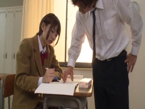 Tバックと黒パンスト穿いたむっちりエロ尻美少女JKが先生を誘惑し教室で禁断SEX!