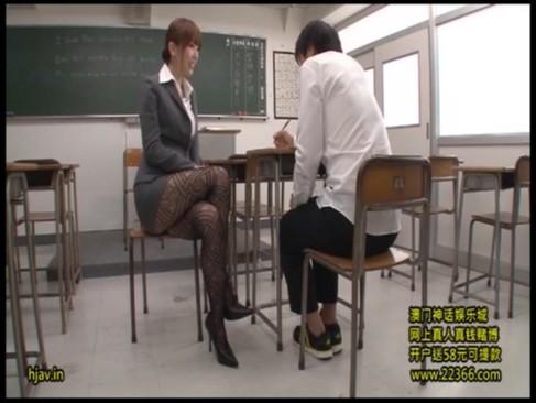 派手な柄パンスト着衣の痴女教師が居残り授業でM男生徒にSEX指導!